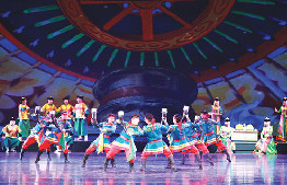 鄂托克旗烏蘭牧騎在第二屆全市專業藝術團隊文藝匯演上表演《歌酒》
