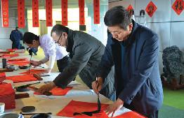 """東勝區圖書館舉辦了以""""翰墨書香,新春送對聯""""為主題的楹聯贈送活動"""