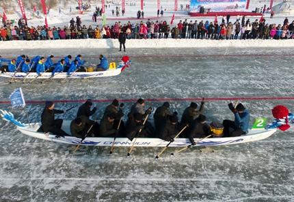 內蒙古多倫縣舉辦首屆冰上龍舟賽