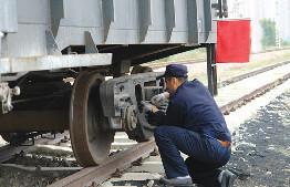 鐵路工作人員正在進行列檢作業