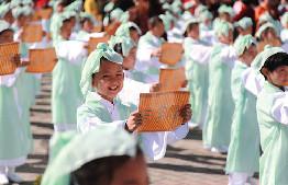 """鄂旗舉辦主題為""""守望相助、亮麗北疆""""慶祝自治區成立70周年群眾性文化體育活動"""