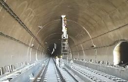 呼準鄂鐵路敖包梁隧道正在進行掃尾工程