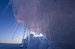 """新疆乌伦古湖出现""""风积冰山""""景观"""