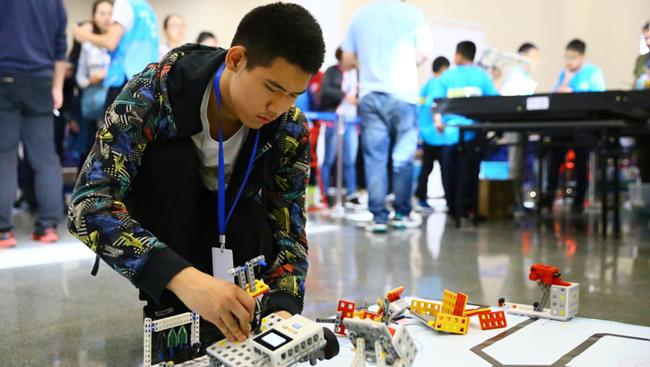 内蒙古举办青少年机器人竞赛