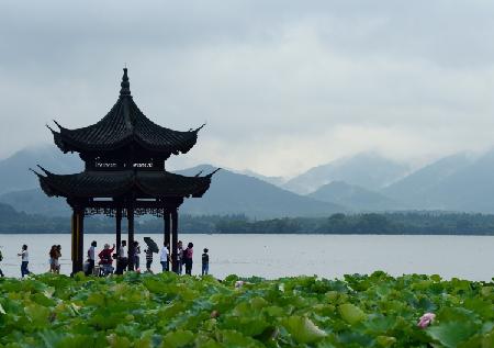 杭城雨水暂歇 水雾缭绕