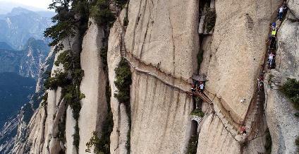 華山長空棧道:勇敢者峭壁上的旅遊