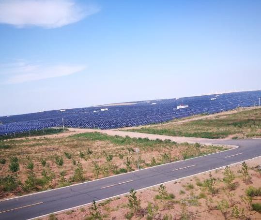 """中国第七大沙漠上发展""""光伏产业"""" 推动清洁能源发展"""