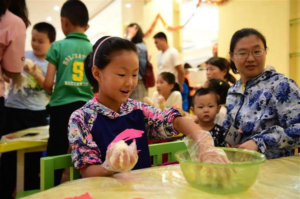 內蒙古包頭:制月餅 慶中秋