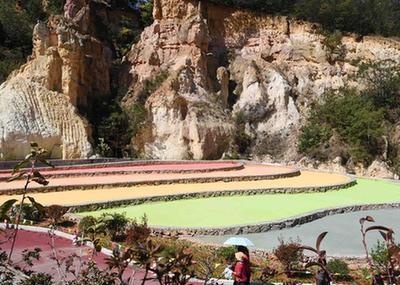 雲南陸良:春季彩色沙林