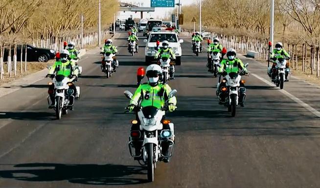 巴彥淖爾交警歡迎英雄回家