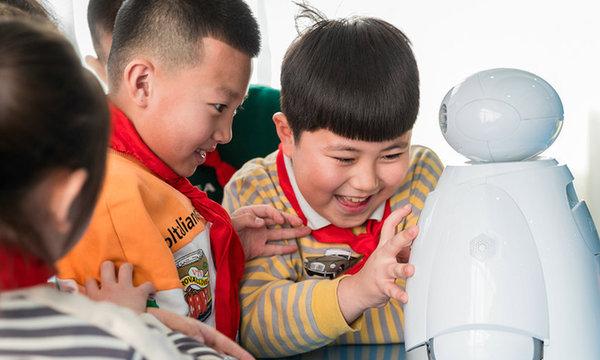 """""""機器人""""進學校 科普實踐歡樂多"""