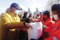 愛心夫妻4年累計為環衛工人捐贈千余件棉衣