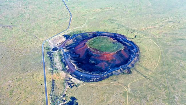 500米高空俯瞰草原火山
