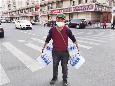 拾荒老人買80多箱礦泉水送到檢測點